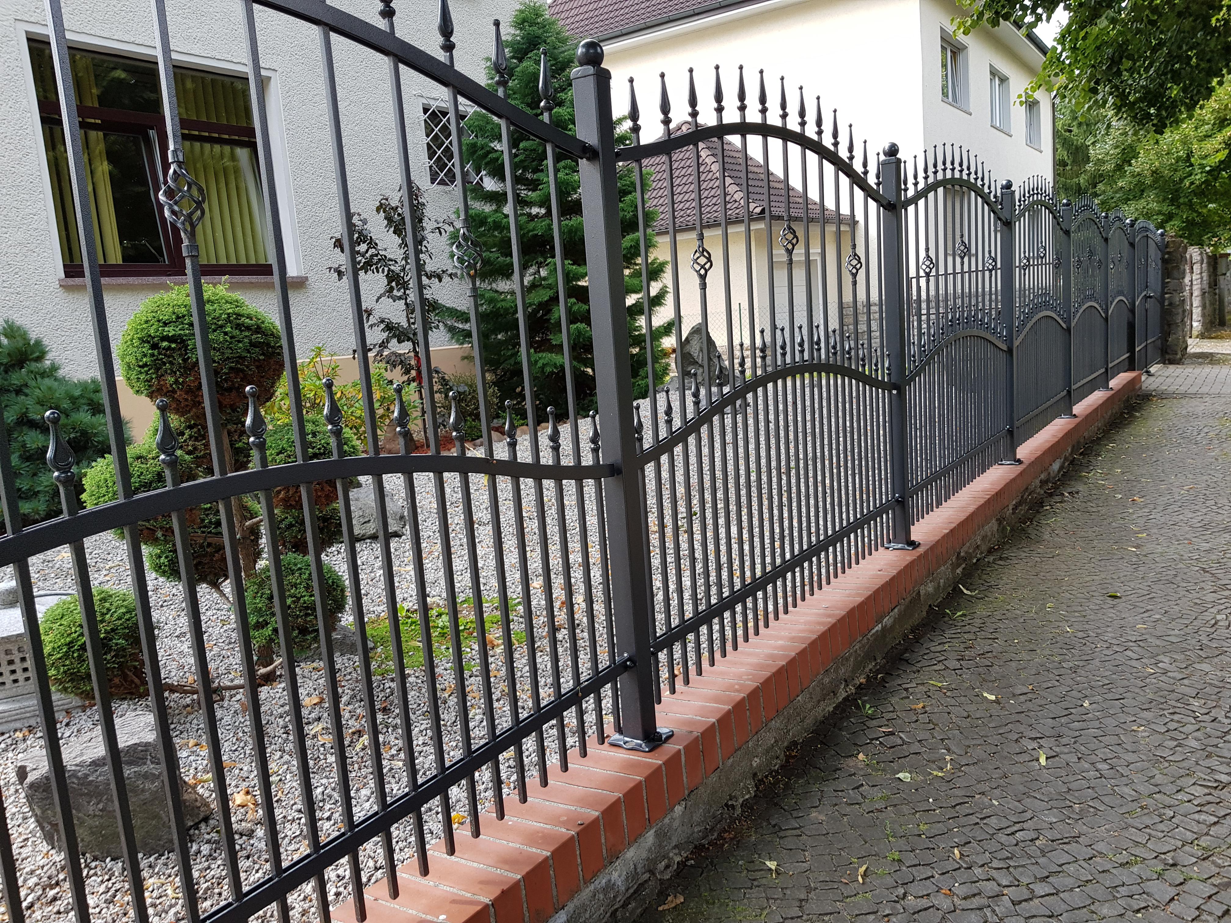 Zaunbau im Gartenbau mit Metallzaun